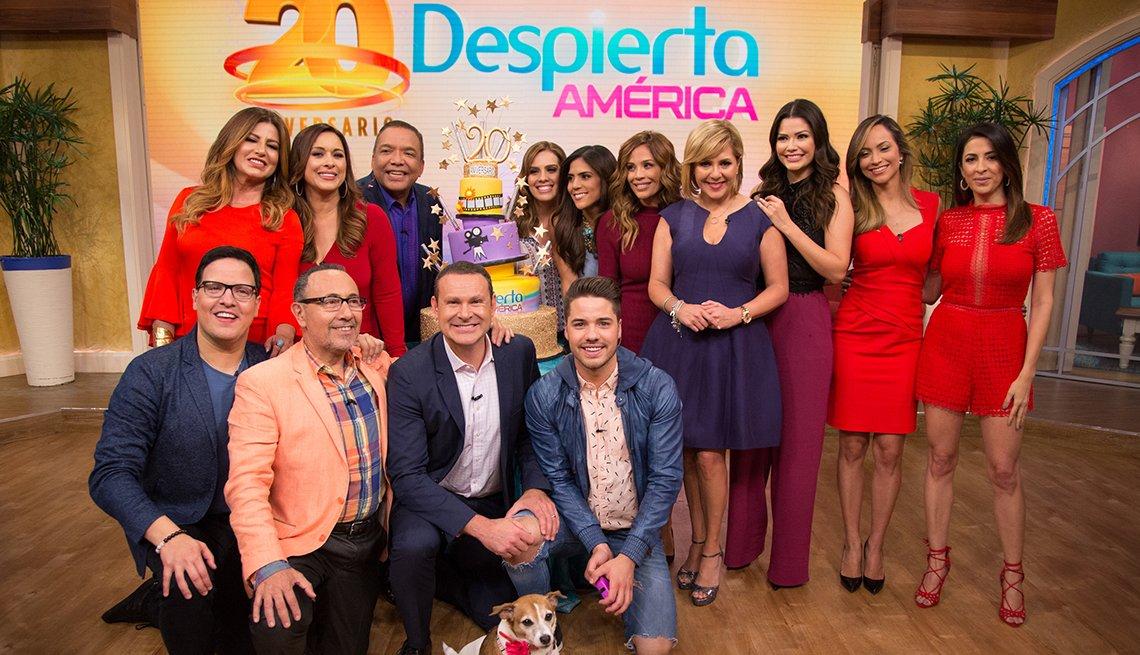 Ana María Canseco celebrando los 20 años del programa Despierta América al lado de sus compañeros.