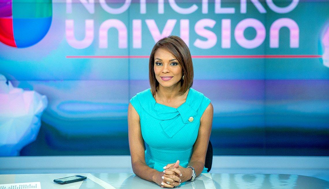 Presentadora del Noticiero Univision Ilia Calderón sentada en el set de grabación