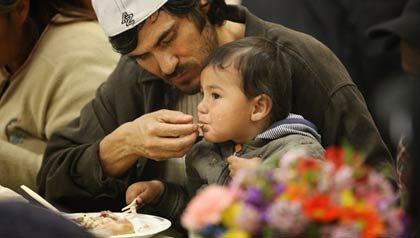 Padre alimentando a su hijo