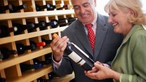 Pareja seleccionando un vino en una tienda - Elije el mejor vino