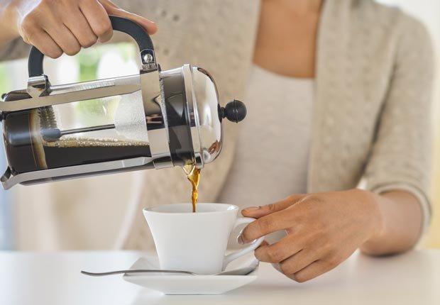 Mujer sirviendo un café - 10 maneras de preparar el café alrededor del mundo