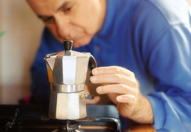 Hombre preparando un café - 10 maneras de preparar el café alrededor del mundo