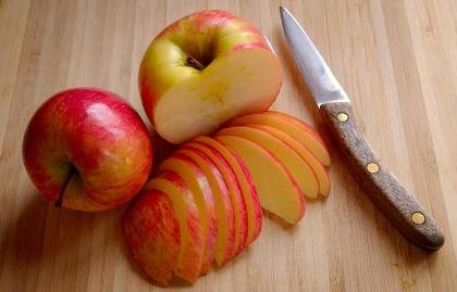 Cuchillos que no deben faltar en tu cocina - Cuchillo junto a manzana tajada