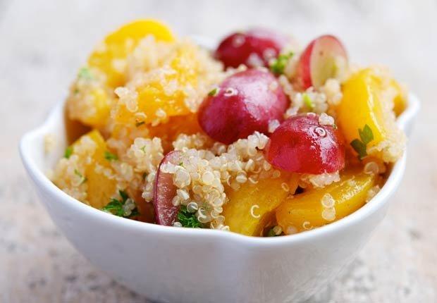 Ensalada de frutas de primavera con quinoa - 10 beneficios de salud de la quinoa