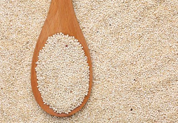 Quinoa en una cuchara de madera - 10 beneficios de salud de la quinoa
