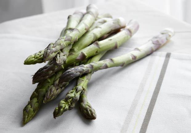 Espárragos - 10 alimentos saludables que pueden ayudar a relajarse