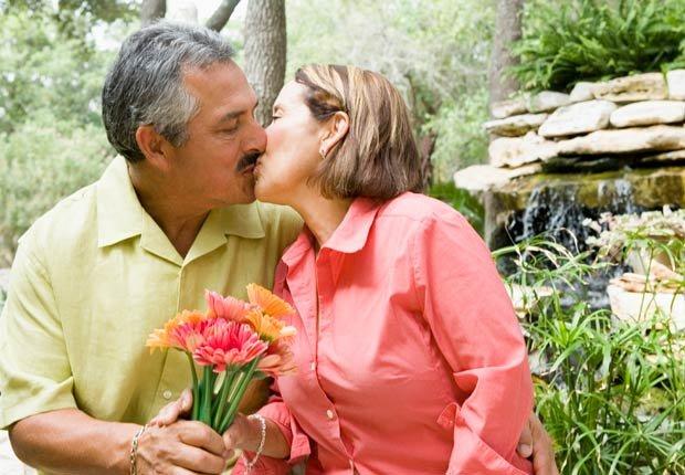 Feliz pareja besándose, 10 buenas razones para agregar el limón a su dieta