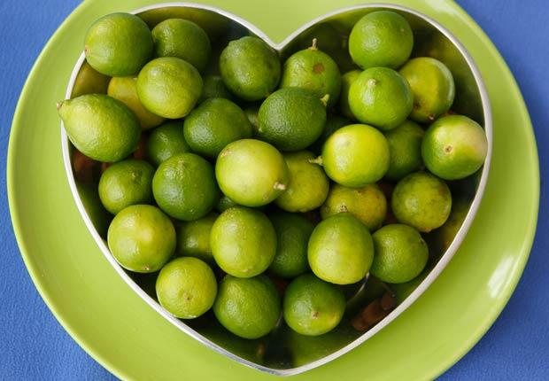 Limones en un plato en forma de corazón, 10 buenas razones para agregar el limón a su dieta