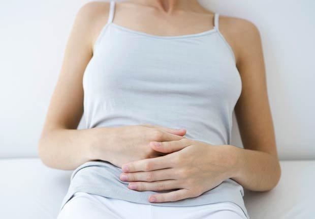 Mujer con el estómago, 10 buenas razones para agregar el limón a su dieta