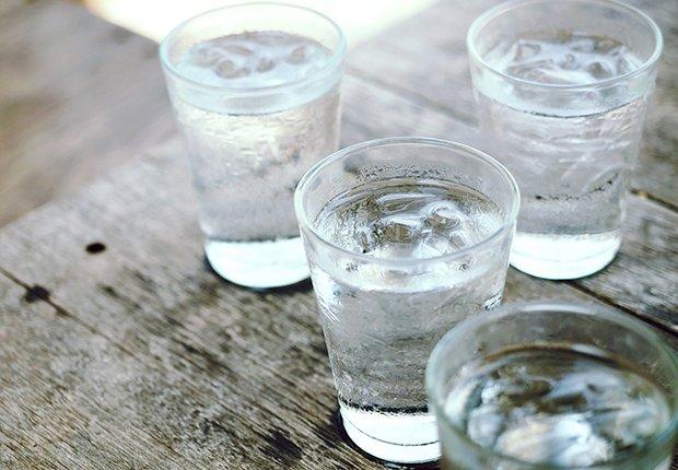 Vasos con agua sobre una mesa