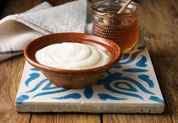 Yogur servido en un plato