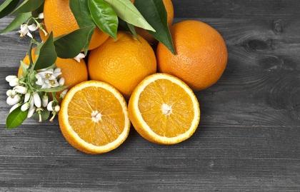 Naranjas sobre una mesa