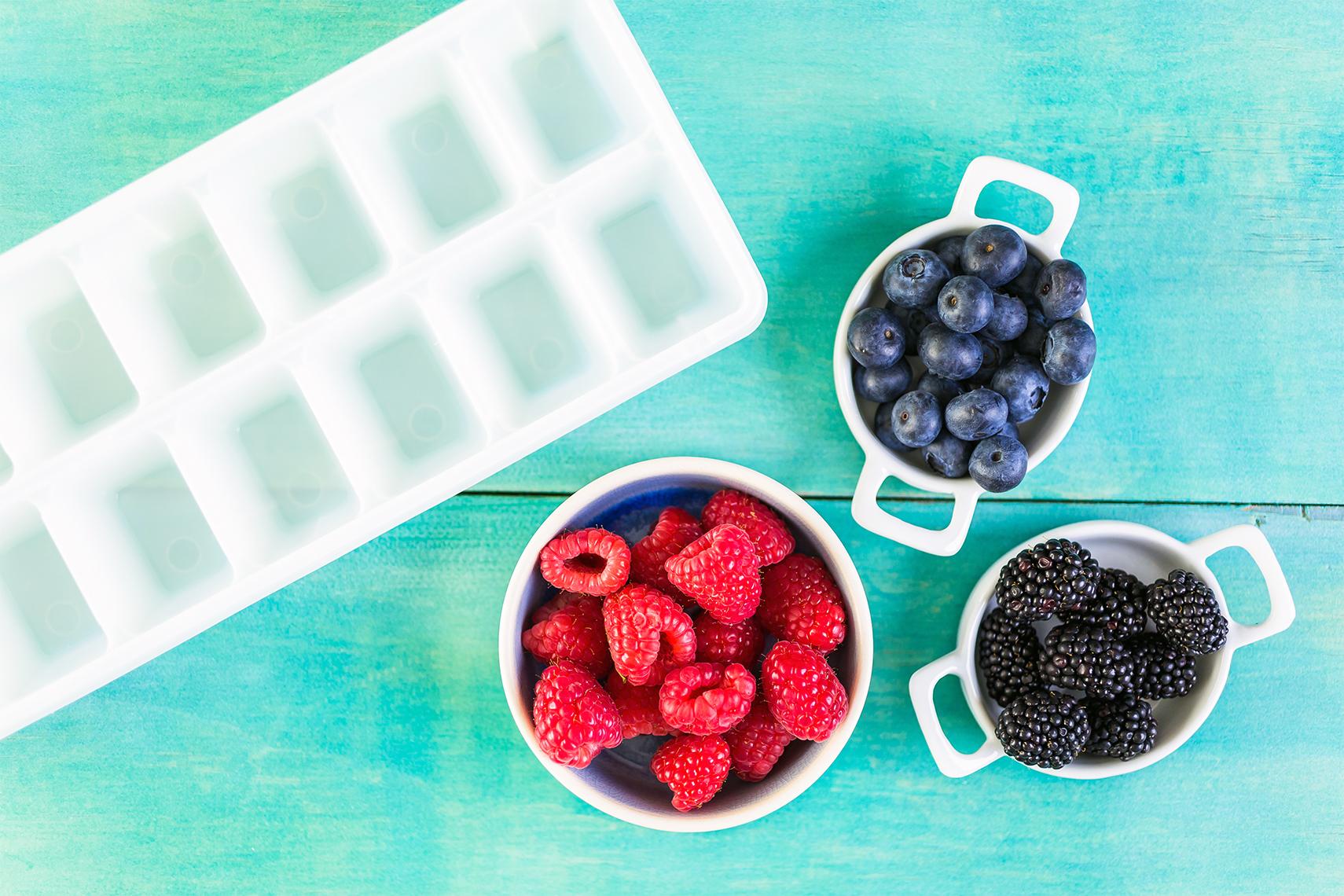 Cubeta de hielo, frambuesas, arándanos y moras oscuras