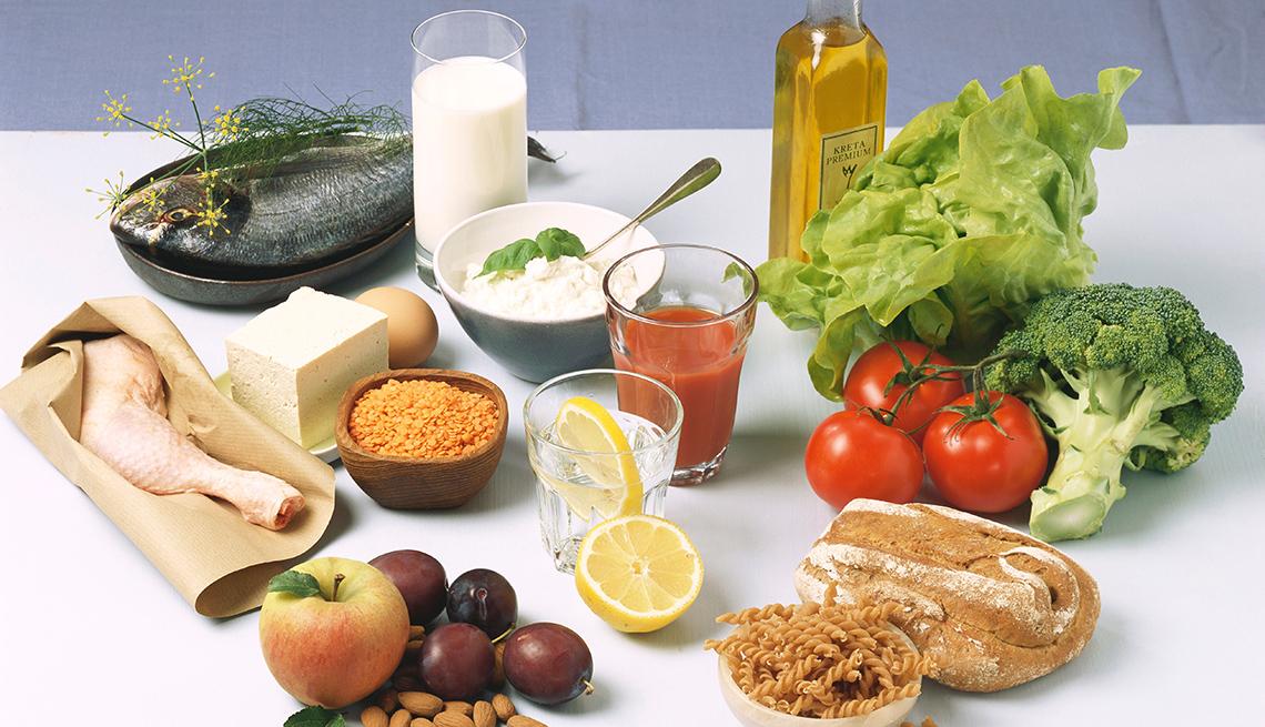 Diferentes alimentos agrupados en una mesa