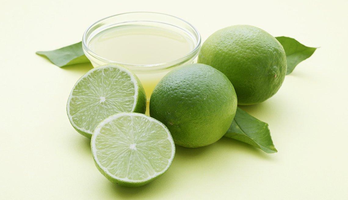Limones agrupados en una mesa