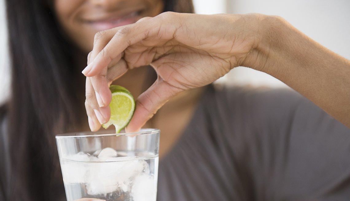 Mujer exprime un limón