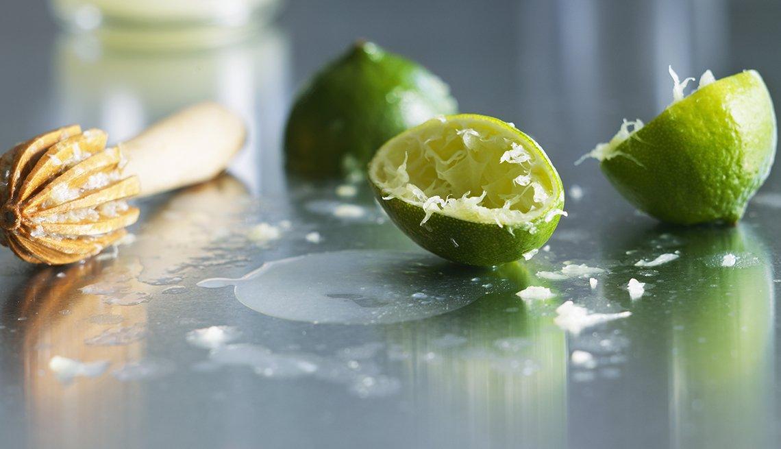 Limones exprimidos sobre una mesa