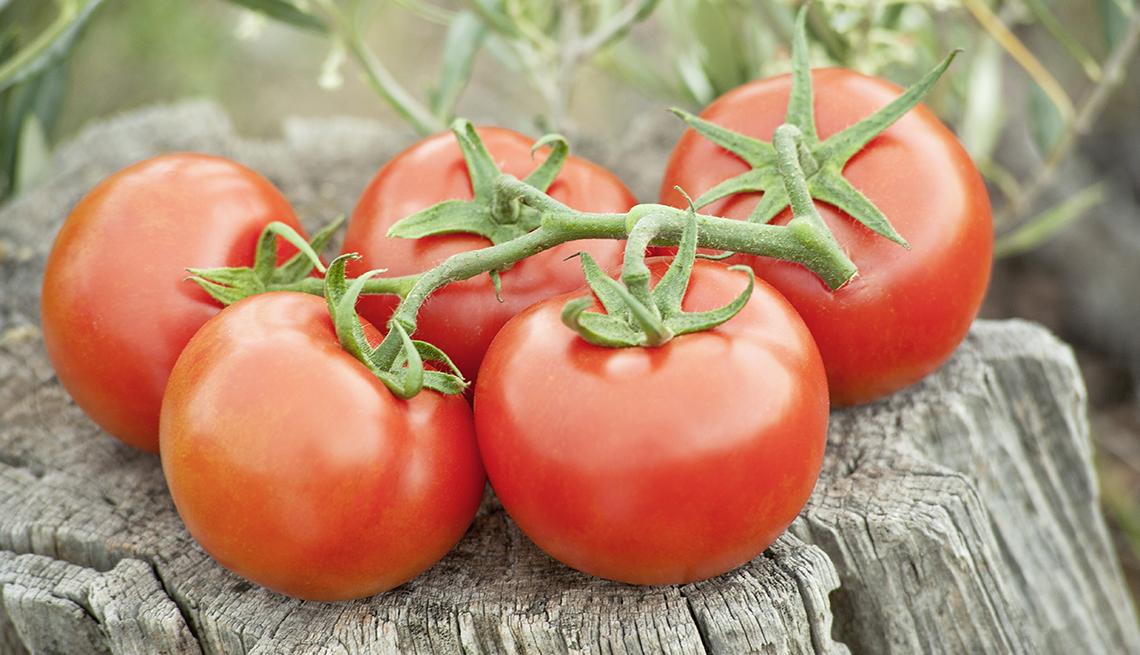 Tomates frescos alineados en una mesa