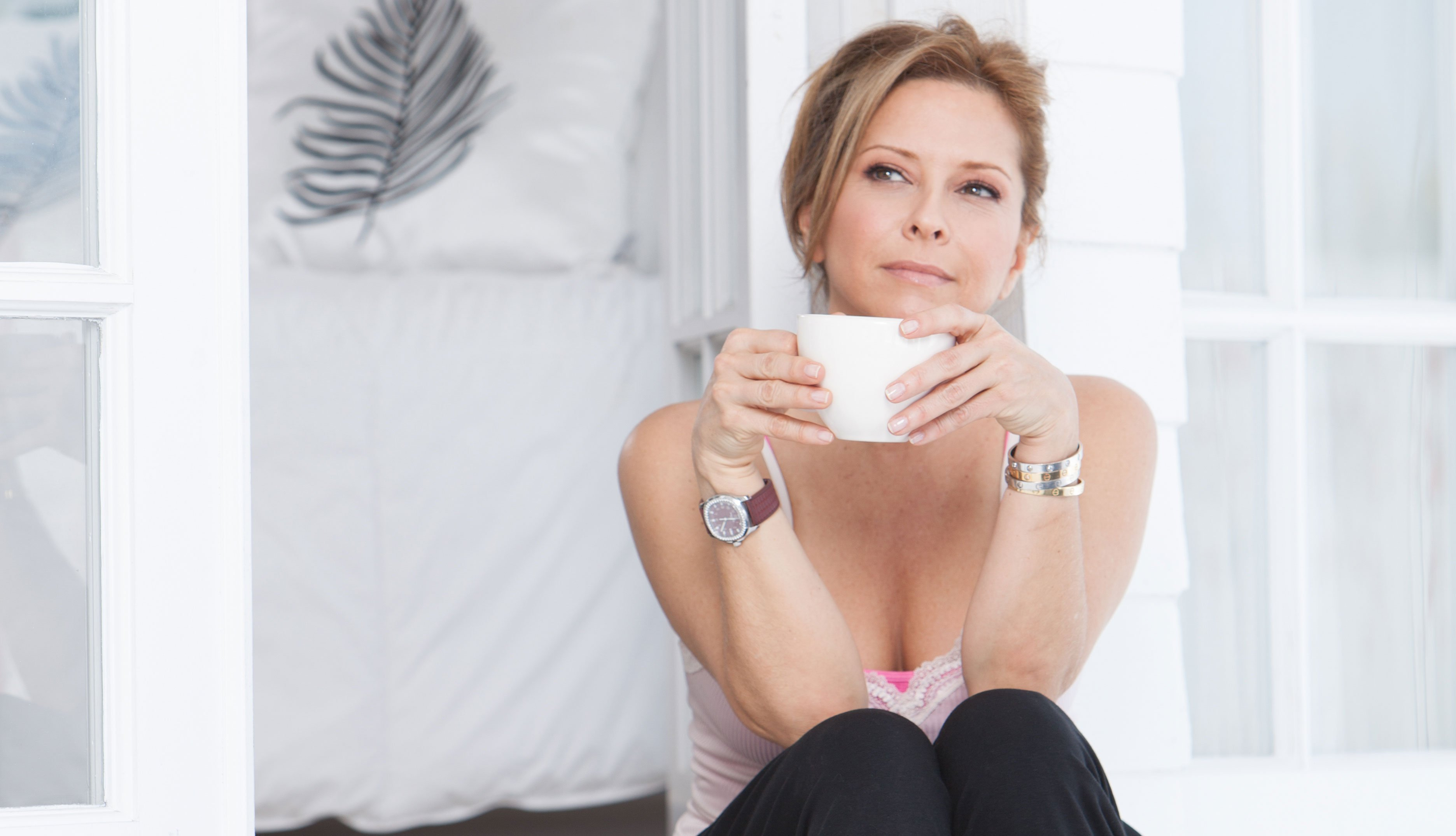 Ingrid Hoffmann tomando una taza de café