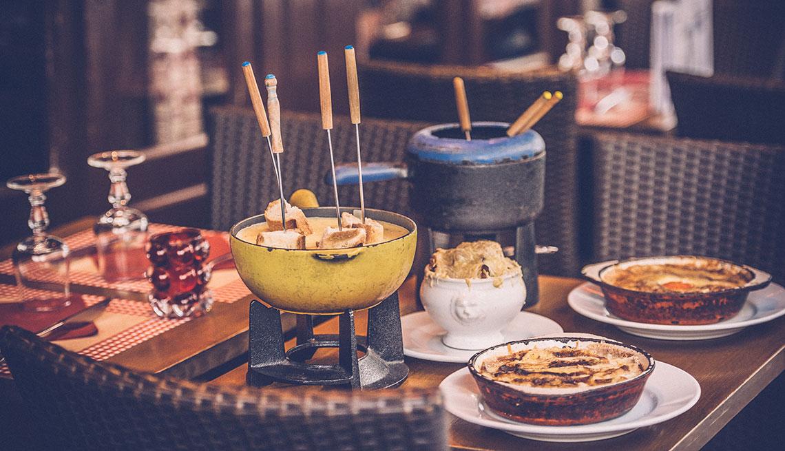item 4 of Gallery image - Olla de fondue puesta sobre una mesa