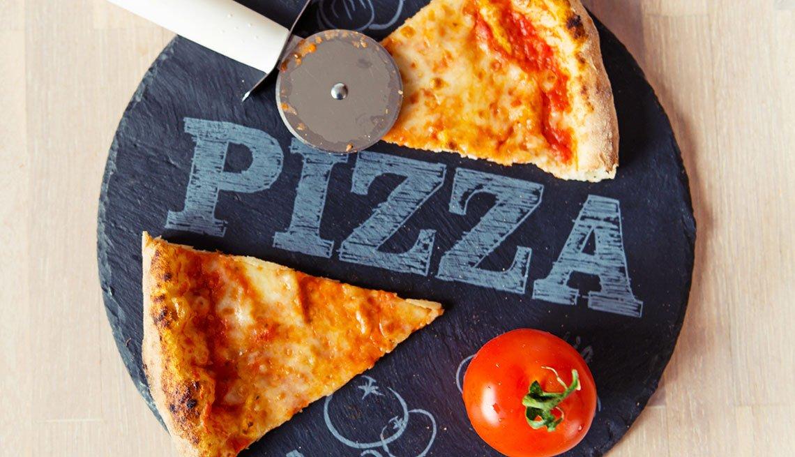 Dos trozos de pizza servidos en un plato negro