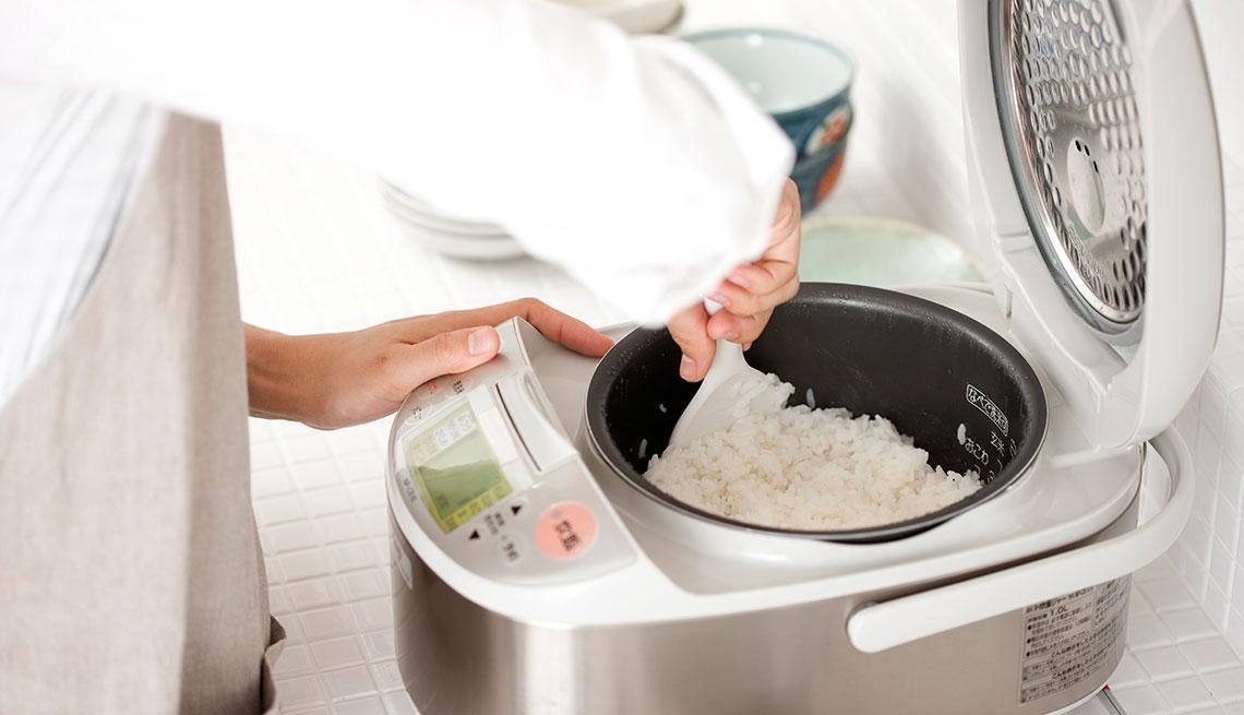 item 2 of Gallery image - Persona haciendo arroz
