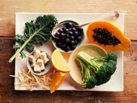 Coma para su salud ósea: la col rizada, naranjas, soja, brócoli, uvas, queso