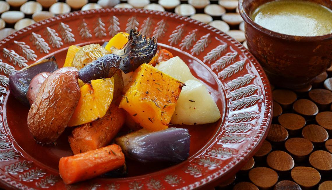Vegetales asados servidos en un plato
