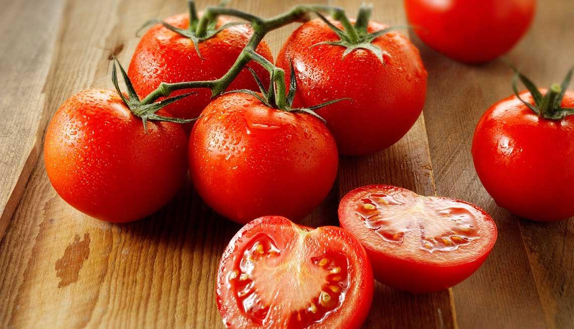Tomates frescos enteros y cortado