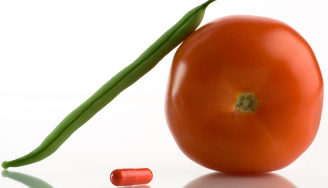 Píldora, habichuela tierna verde y un tomate
