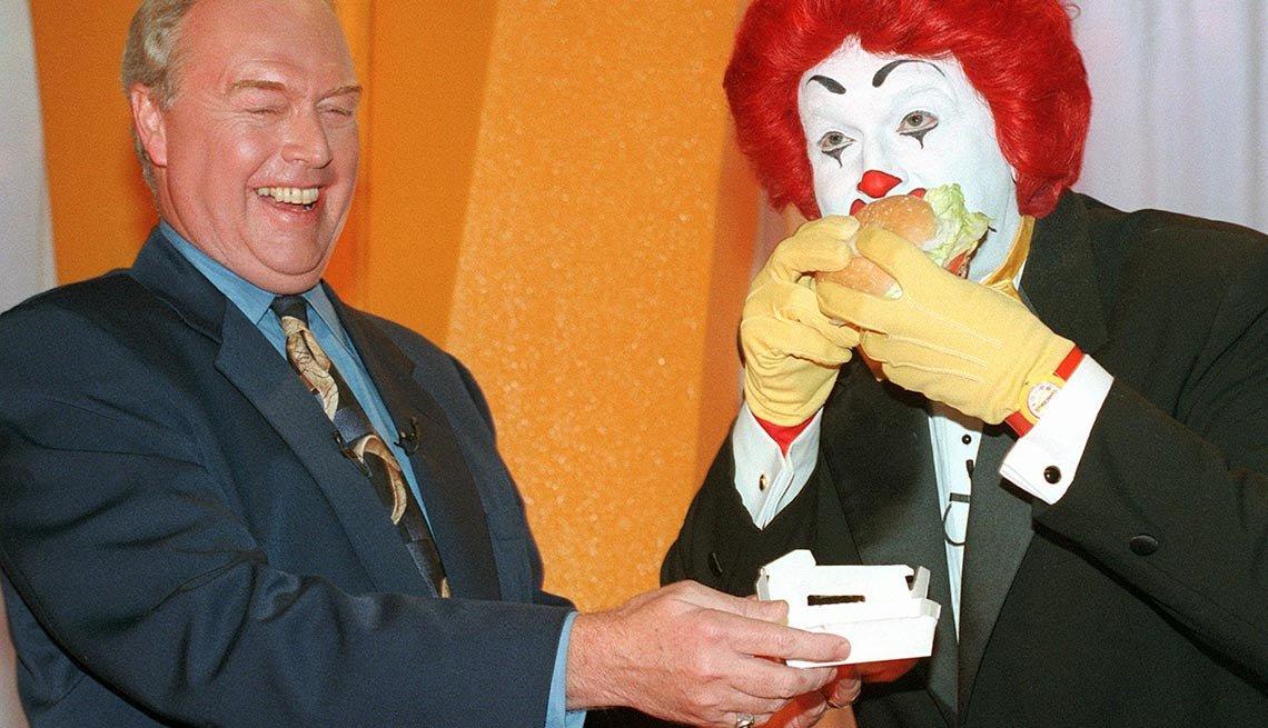 Ronald McDonald comiendo una hamburguesa