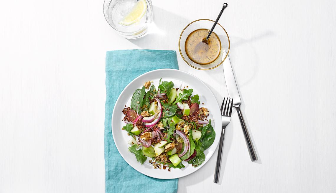 Arugula, ensalada, manzana, uvas, quinoa y nueces