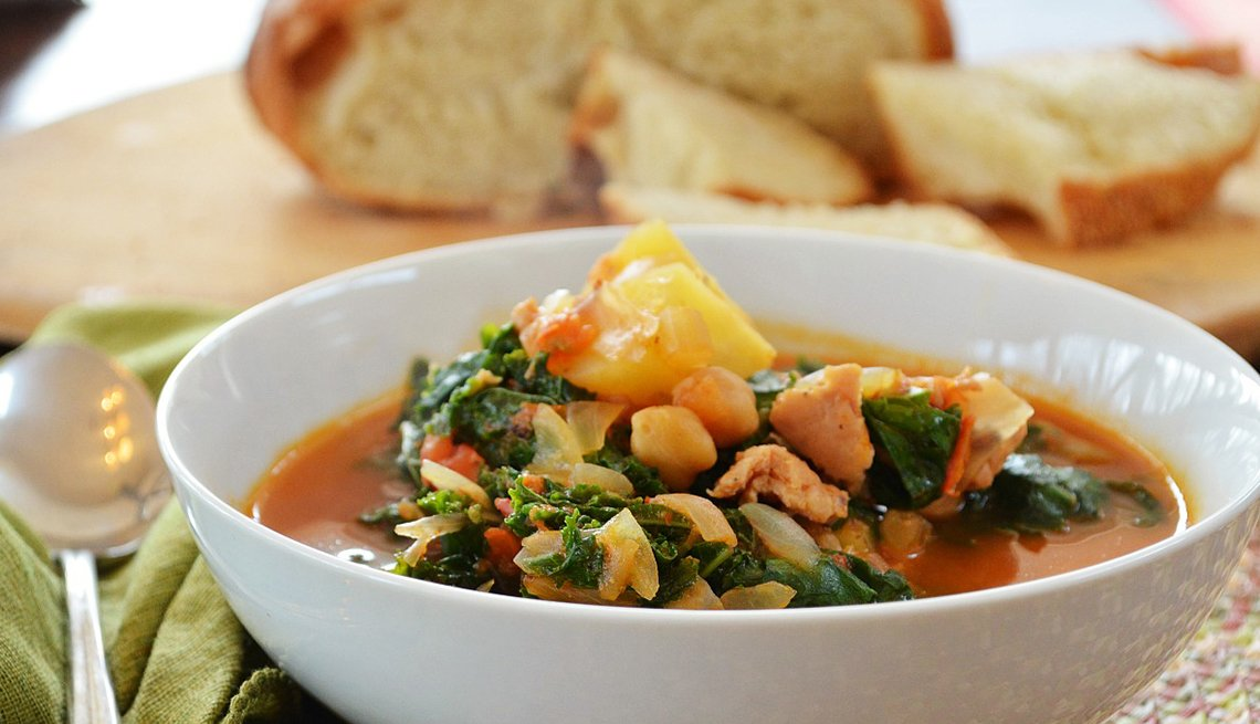 Sopa portuguesa, tomates, caldo