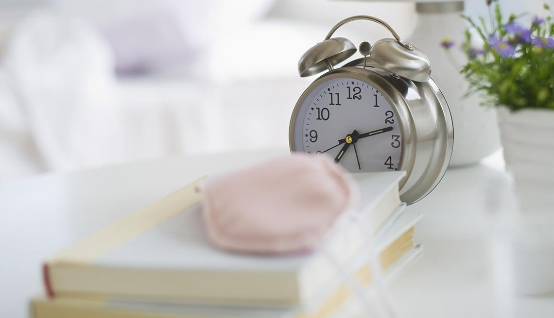 item 1 of Gallery image - Reloj despertador sobre una mesa de noche