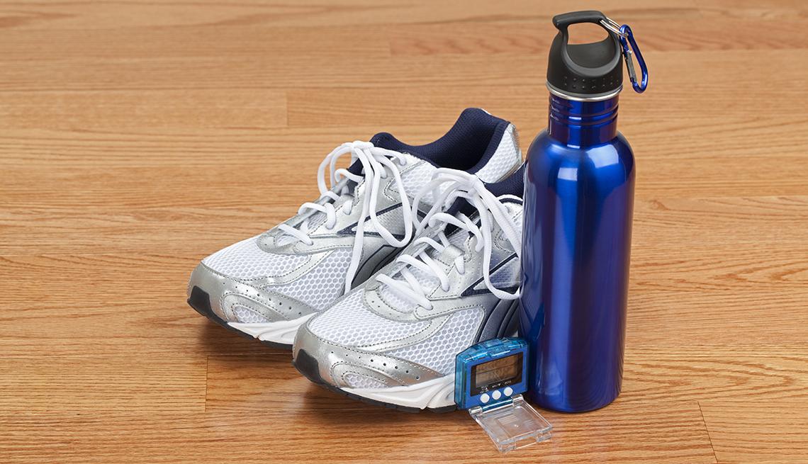 item 9 of Gallery image - Zapatilas deportivas con una botella de agua