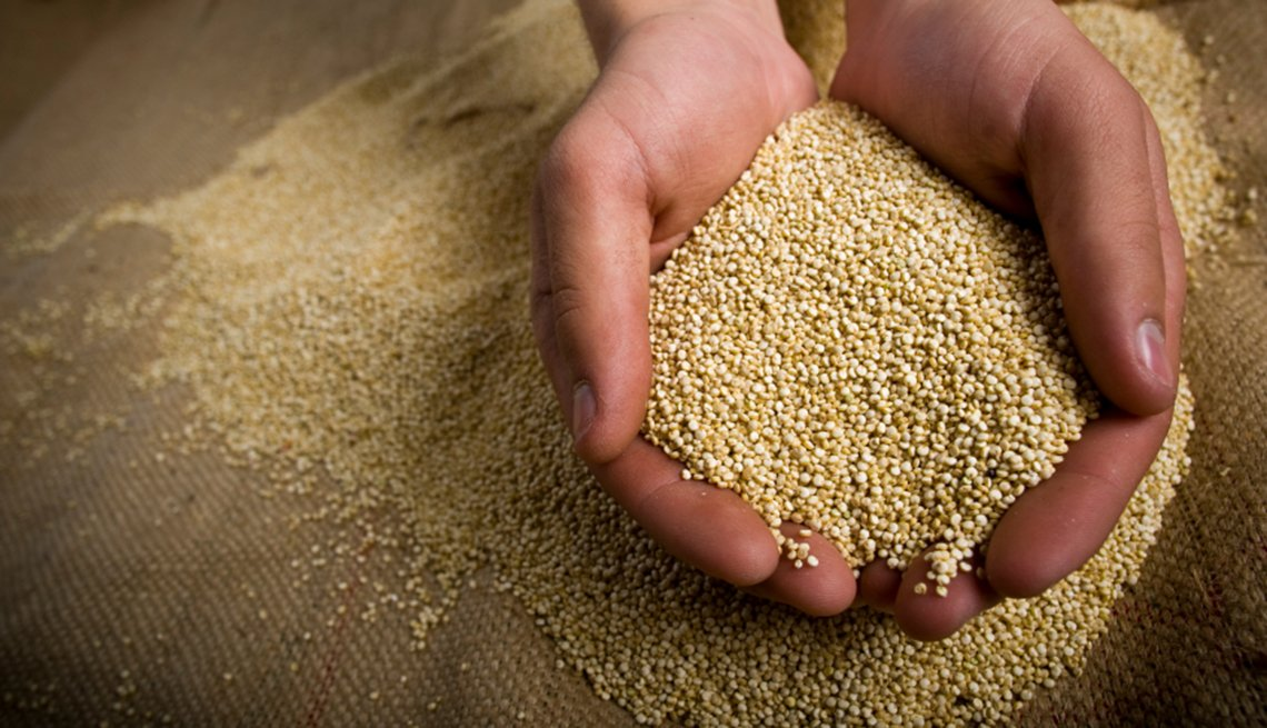 item 10 of Gallery image - Mujer sostiene quinoa en sus manos