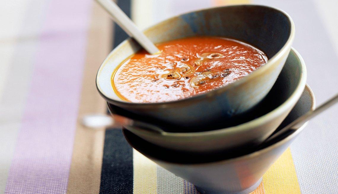 Recipiente de cerámica con ración de sopa seca.