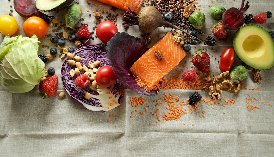 Varios alimentos desplegados sobre una tela.