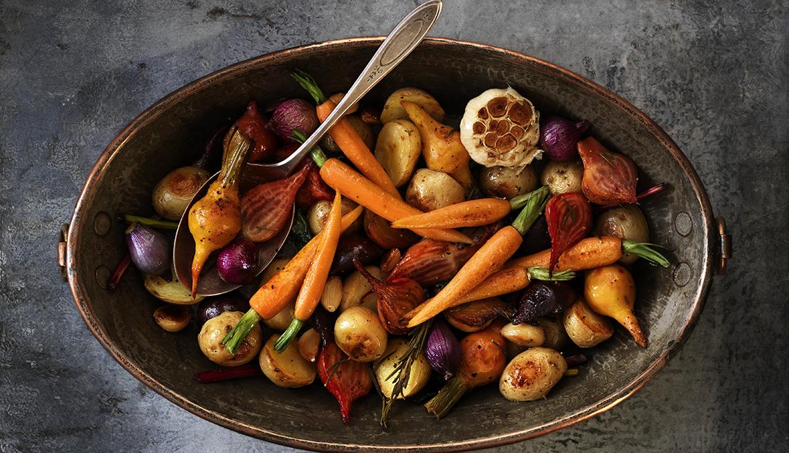 Verduras asadas en olla de cobre.