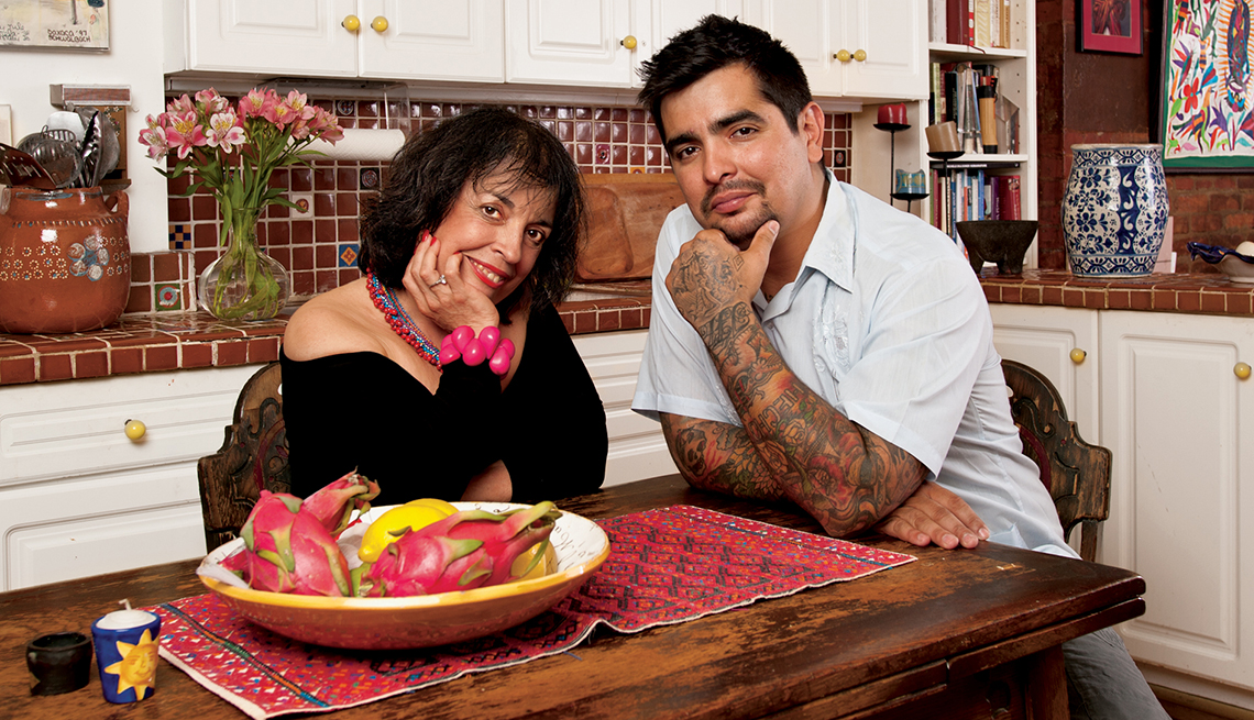 El chef Aarón Sanchez posa junto a su madre Zarela Martínez.