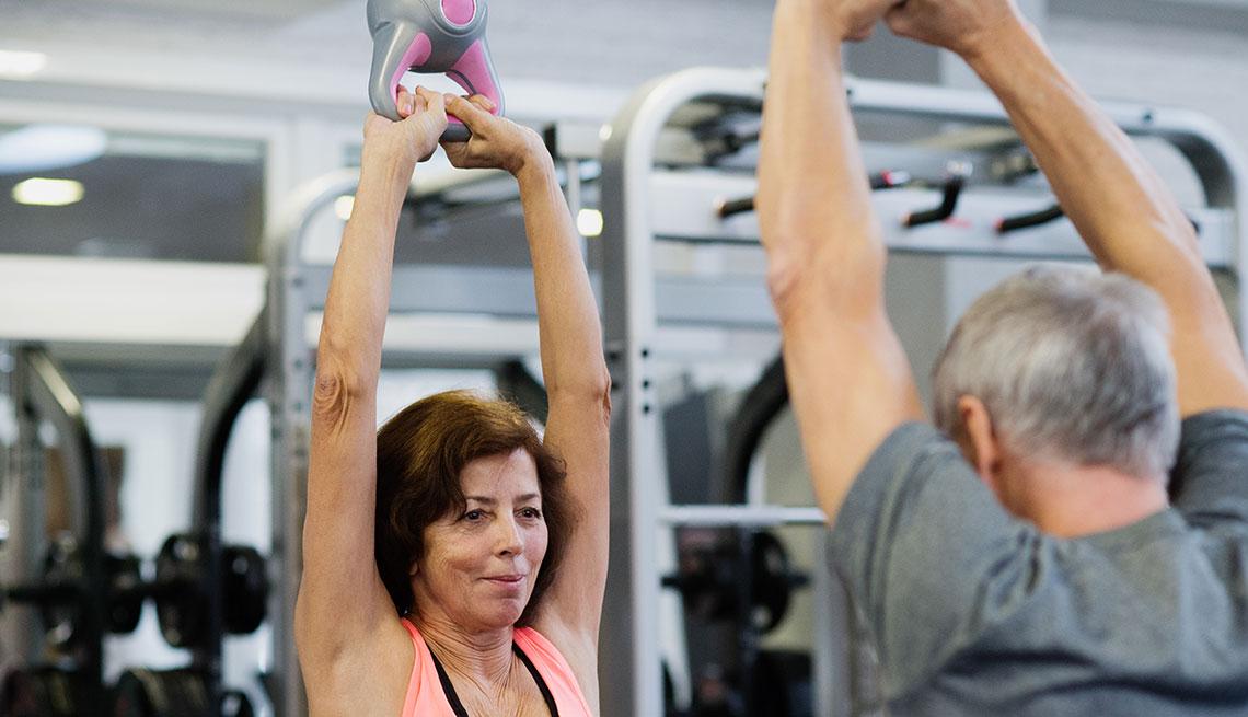item 9 of Gallery image - Pareja hace ejercicios en un gimnasio