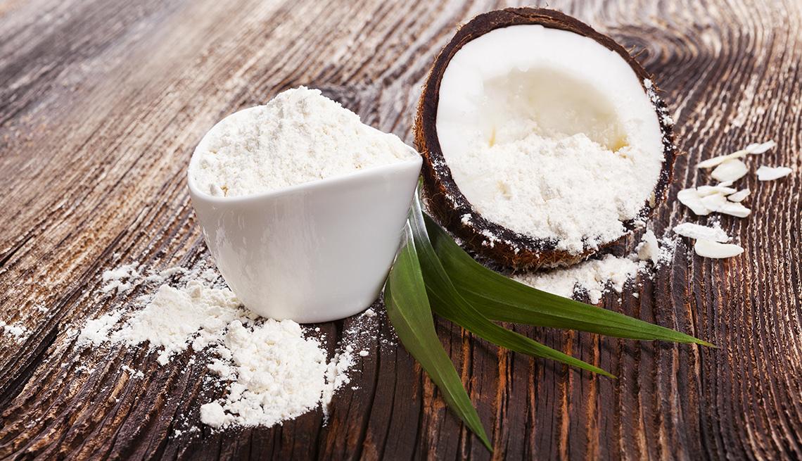 Consejos para cocinar con harina de coco - Harina de coco y coco sobre una mesa