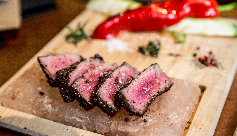 Carne sobre un bloque de sal en un picador