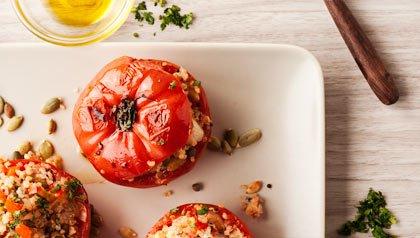Tomates rellenos de quinoa con pasas y cebollitas