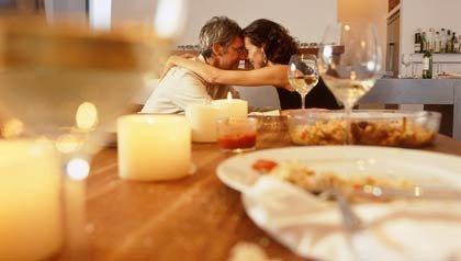 Pareja cenando en una actitud romántica