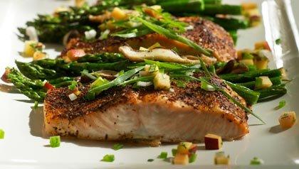 Espárragos con champiñones y salmón con salsa de ciruela: una receta para un corazón más saludable