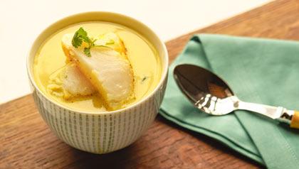 Sierra al curry en leche de coco