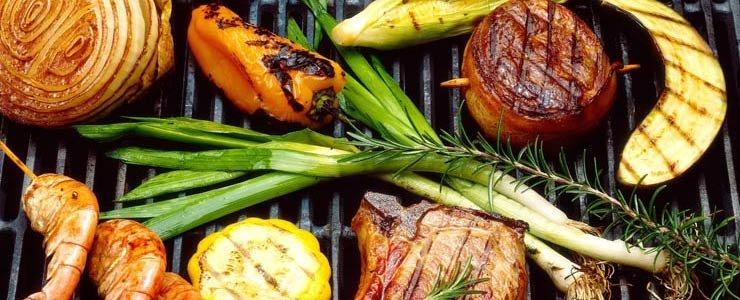 Vegetales y carnes en una parrilla