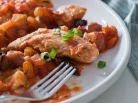 Guisado de pollo servido sobre un plato.