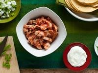 Los ingredientes listos para la preparación de un pastel azteca de pollo, receta de Denisse Oller.
